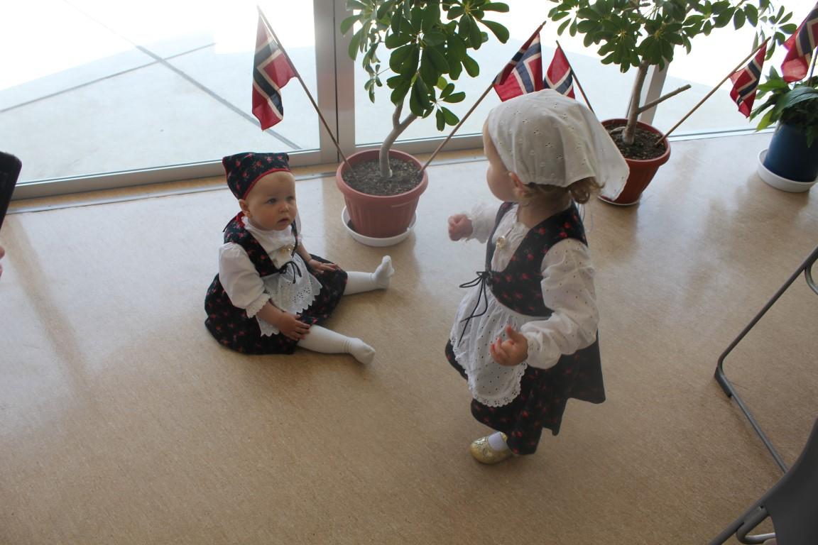 17 mai 2014 - Andrea og Kristina leker